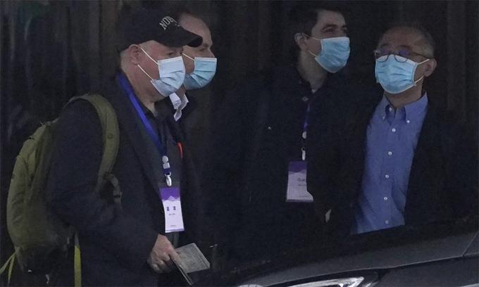 Chuyên gia WHO rời khách sạn đi thực địa điều tra về Covid-19 tại Vũ Hán, Trung Quốc, ngày 1/2. Ảnh: AP.