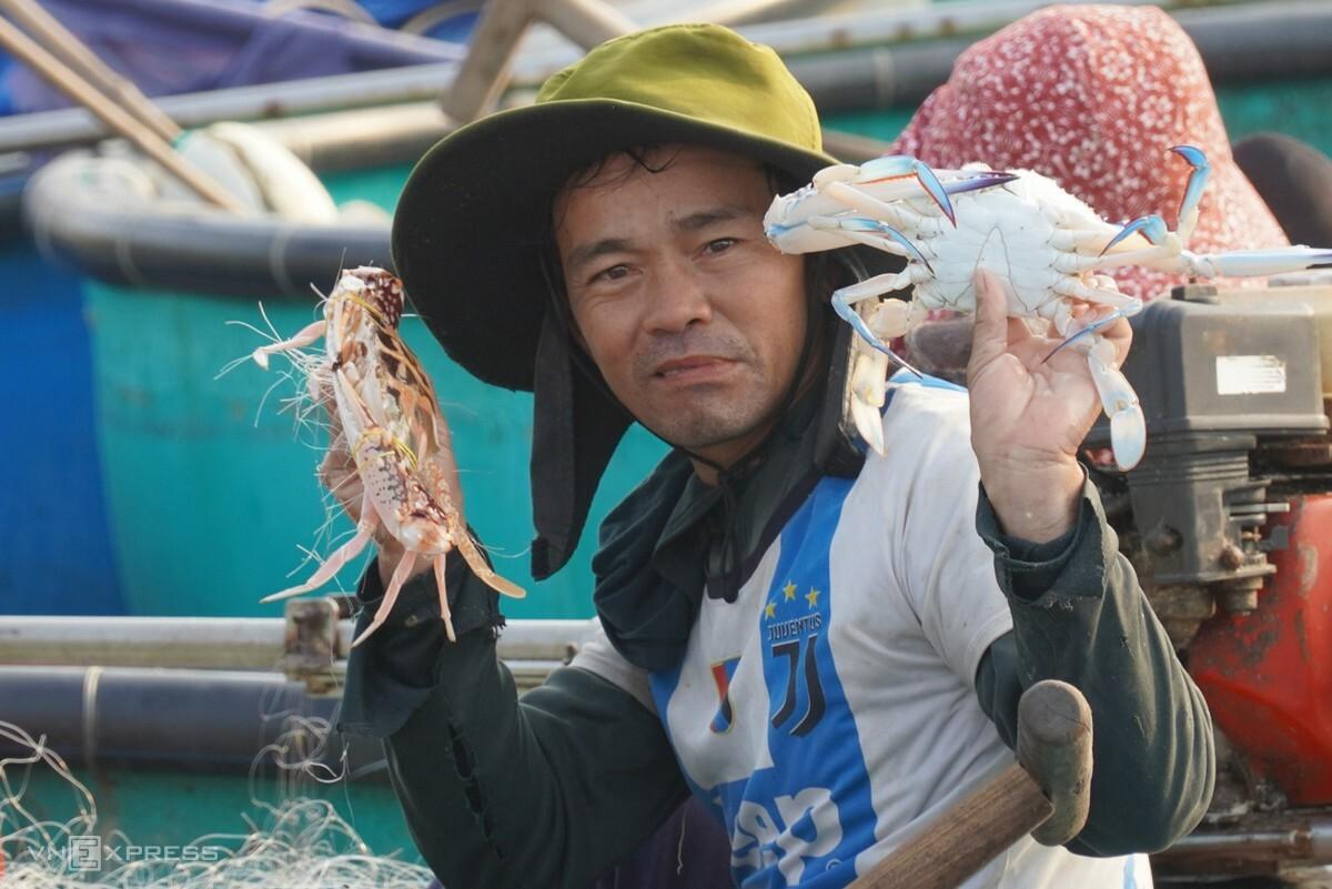 Anh Phạm Văn Dũng gỡ ghẹ ra khỏi lưới. Ảnh: Việt Quốc.