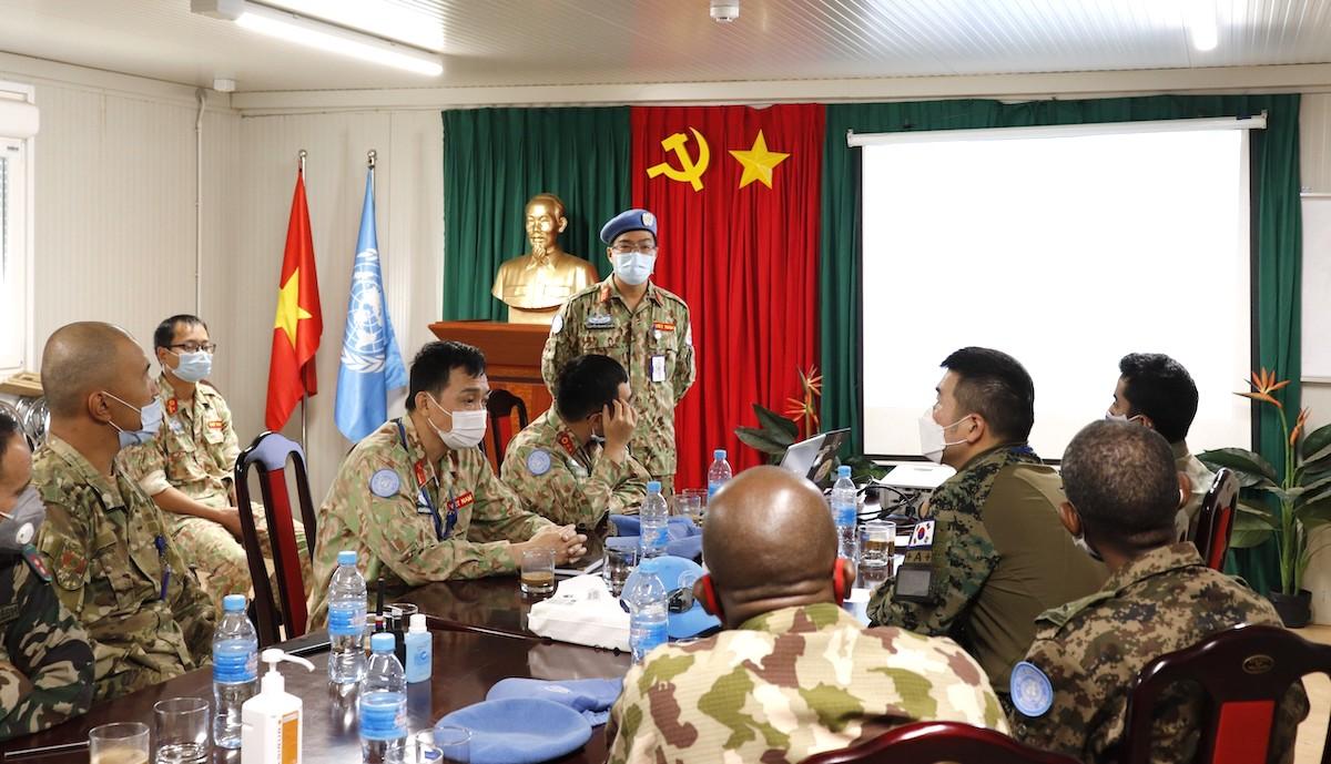 Bác sĩ Nguyễn Quang Chiến, Phó Giám đốc Chuyên môn Bệnh viện dã chiến cấp 2 số 2 Việt Nam đang giảng bài cho các quan sát viên quân sự của Phái bộ Gghb LHQ tại Bentiu