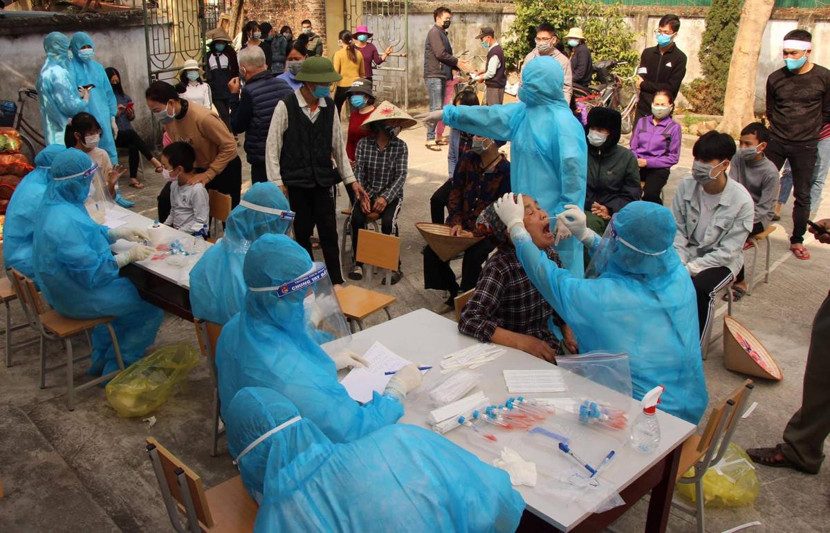 Nhân viên y tế lấy mẫu bệnh phẩm xét nghiệm cho người dân tại Hải Dương. Ảnh: Bộ Y tế
