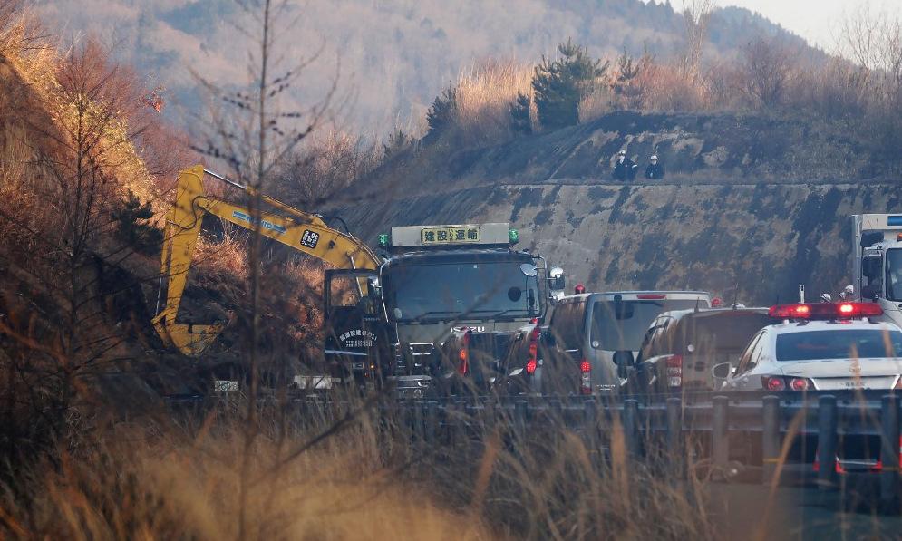 Hiện trường vụ lở đất tại tỉnh Fukushima sáng 14/2. Ảnh: AFP.