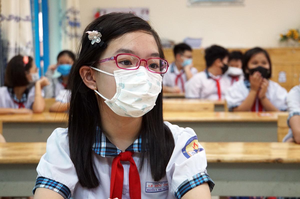 Học sinh lớp 5 trường Tiểu học Lê Đức Thọ trong buổi học tháng 5/2020, sau đợt Covid-19. Ảnh: Mạnh Tùng.
