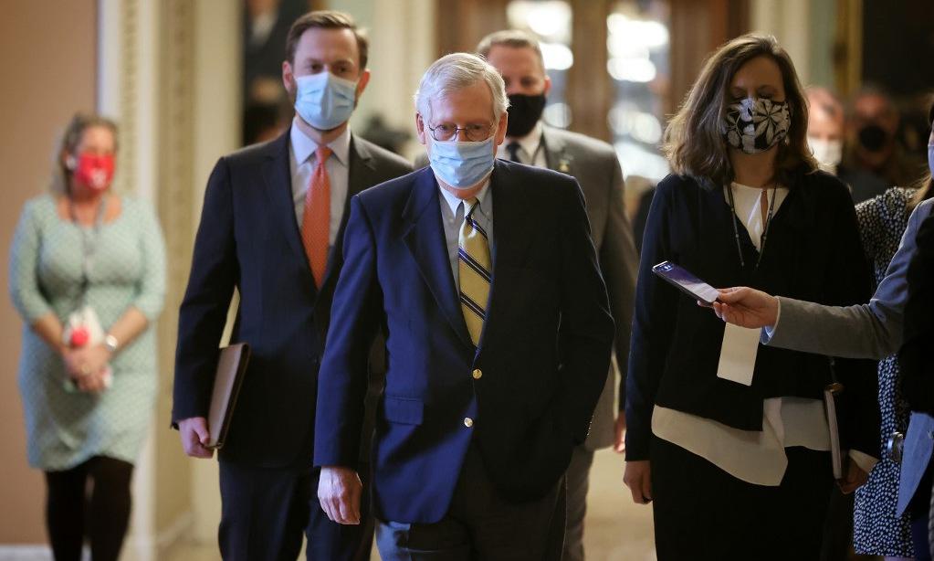 Thượng nghị sĩ McConnell (giữa) trở về văn phòng sau cuộc bỏ phiếu ngày 13/2. Ảnh: AFP.
