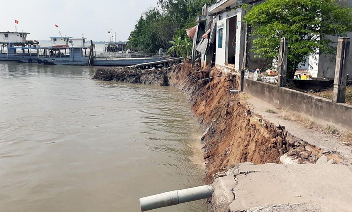 Hiện trường sạt lở ven sông Hậu tại thị xã Bình Minh, ngày 14/2. Ảnh: Cửu Long.
