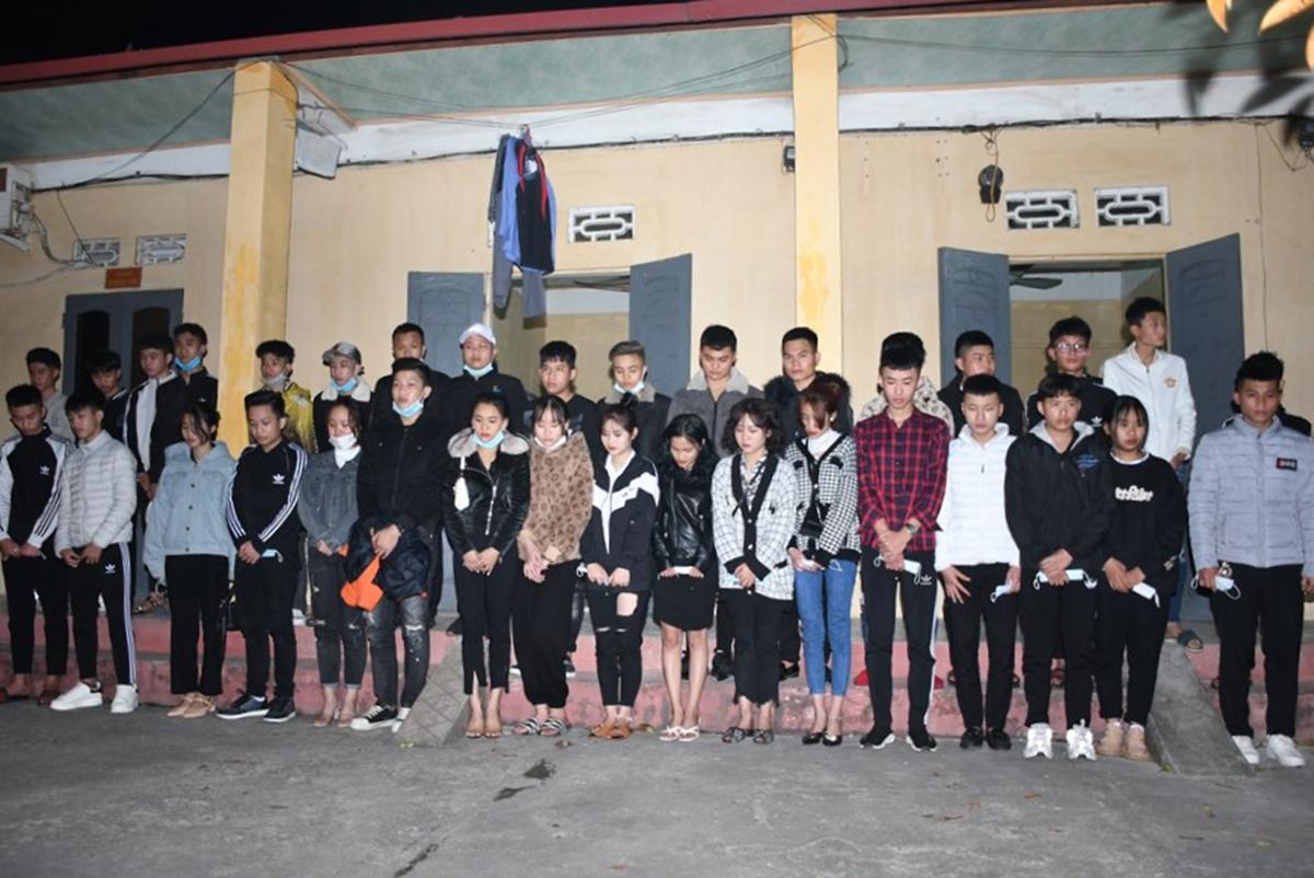 34 thanh niên nam, nữ Hải Dương đi xe máy thông chốt kiểm soát dịch liên ngành của Hải Phòng tại cửa ngõ quốc lộ 5 trong đêm 13/2 bị bắt giữ. Ảnh: Công an Hải Phòng