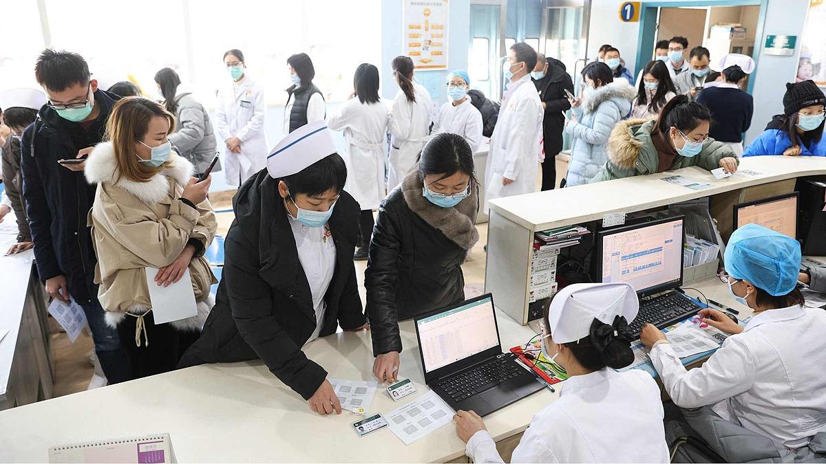 Nhân viên y tế xếp hàng tiêm vaccine Covid-19 do Trung Quốc Sản xuất tại một bệnh viện ở thành phố Thái Nguyên, tỉnh Sơn Đông, hôm 8/1. Ảnh: CFP.