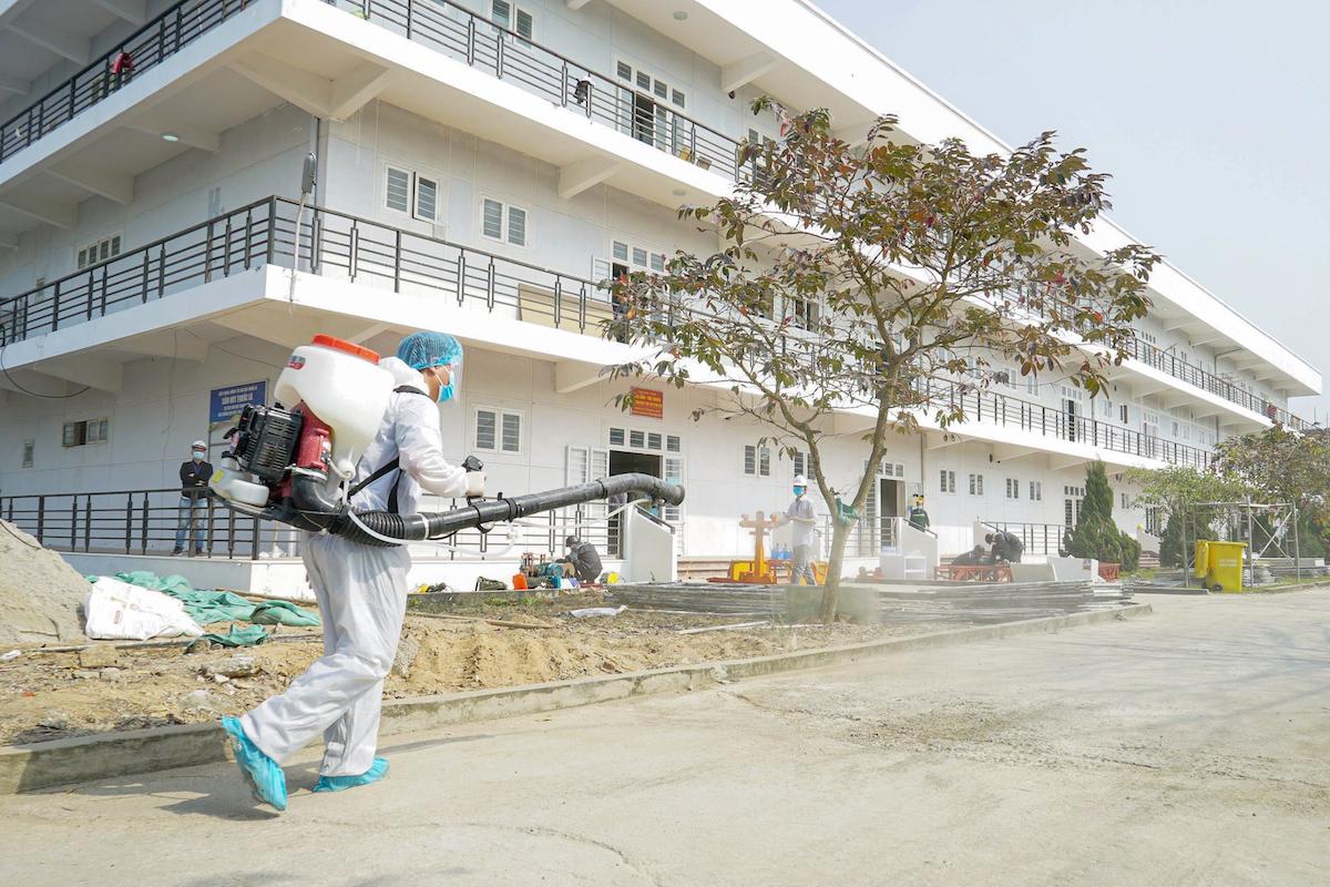 Nhân viên y tế khử trùng tại Bệnh viện dã chiến số 3, TP Chí Linh. Ảnh: Long Nguyễn