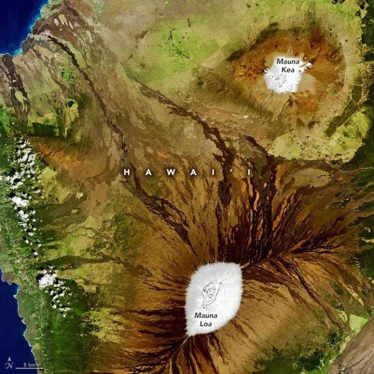 Hai ngọn núi lửa Mauna Loa và Mauna Kea nhìn từ không gian. Ảnh: Joshua Stevens/Đài quan sát Trái Đất.