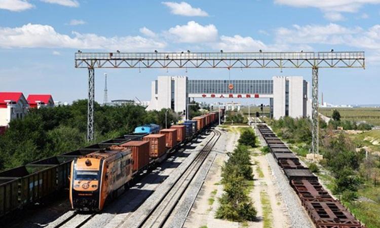 Một chuyến tàu chở hàng Trung Quốc - châu Âu chạy qua cảng Erenhot ở Khu tự trị Nội Mông, phía bắc Trung Quốc, tháng 9/2020. Ảnh: Xinhua.