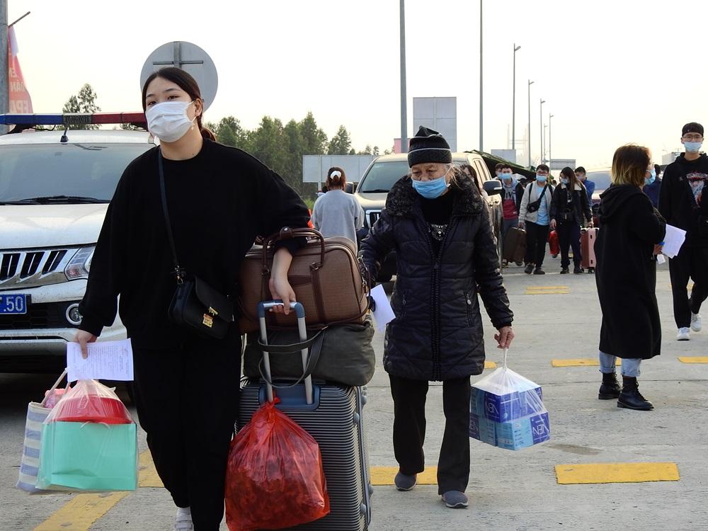 Người dân vào Quảng Ninh chiều 29/1, tại chốt kiểm soát cầu Bạch Đằng. Ảnh: Minh Cương