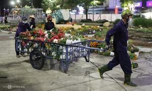 Hàng trăm công nhân tháo dỡ đường hoa Nguyễn Huệ