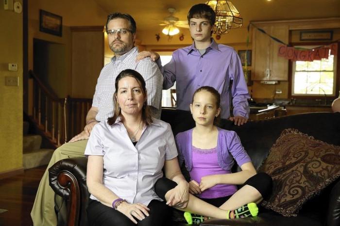 Bố mẹ và hai em của Alisha Bromfield. Ảnh: Chicago Tribune.