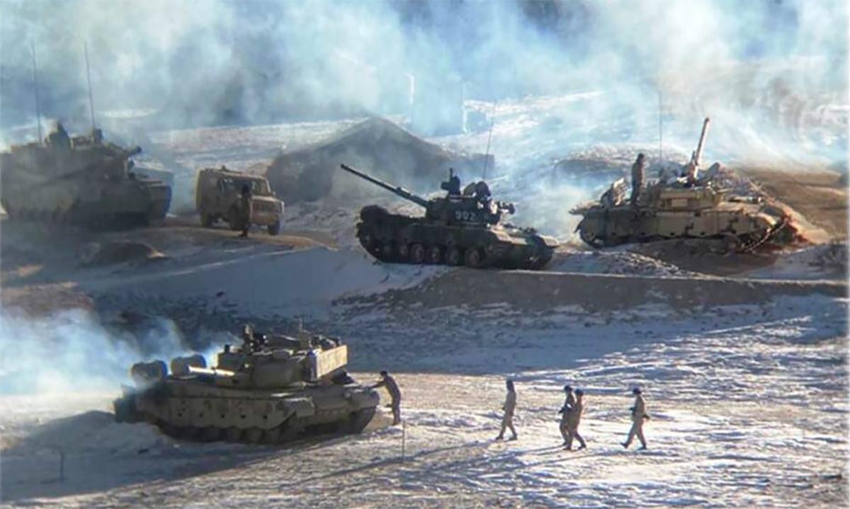 Xe tăng Trung Quốc tại điểm tập kết gần hồ Pangong Tso. Ảnh: Indian Army.