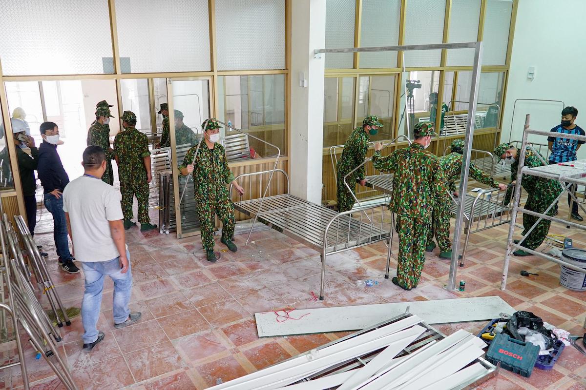 Quân đội xây dựng Bệnh viện dã chiến số 3. Ảnh: Long Nguyễn
