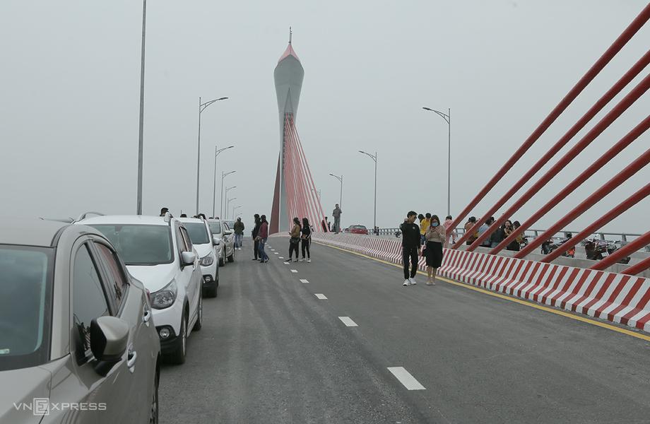 Ôtô nối đuôi nhau dừng, đỗ ngay trên cầu. Ảnh: Nguyễn Hải