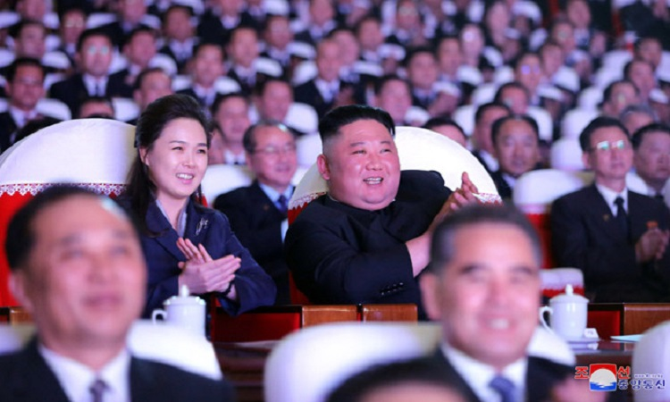 Ri Sol-ju và Kim Jong-un trong buổi biểu diễn hôm 15/2. Ảnh: KCNA.