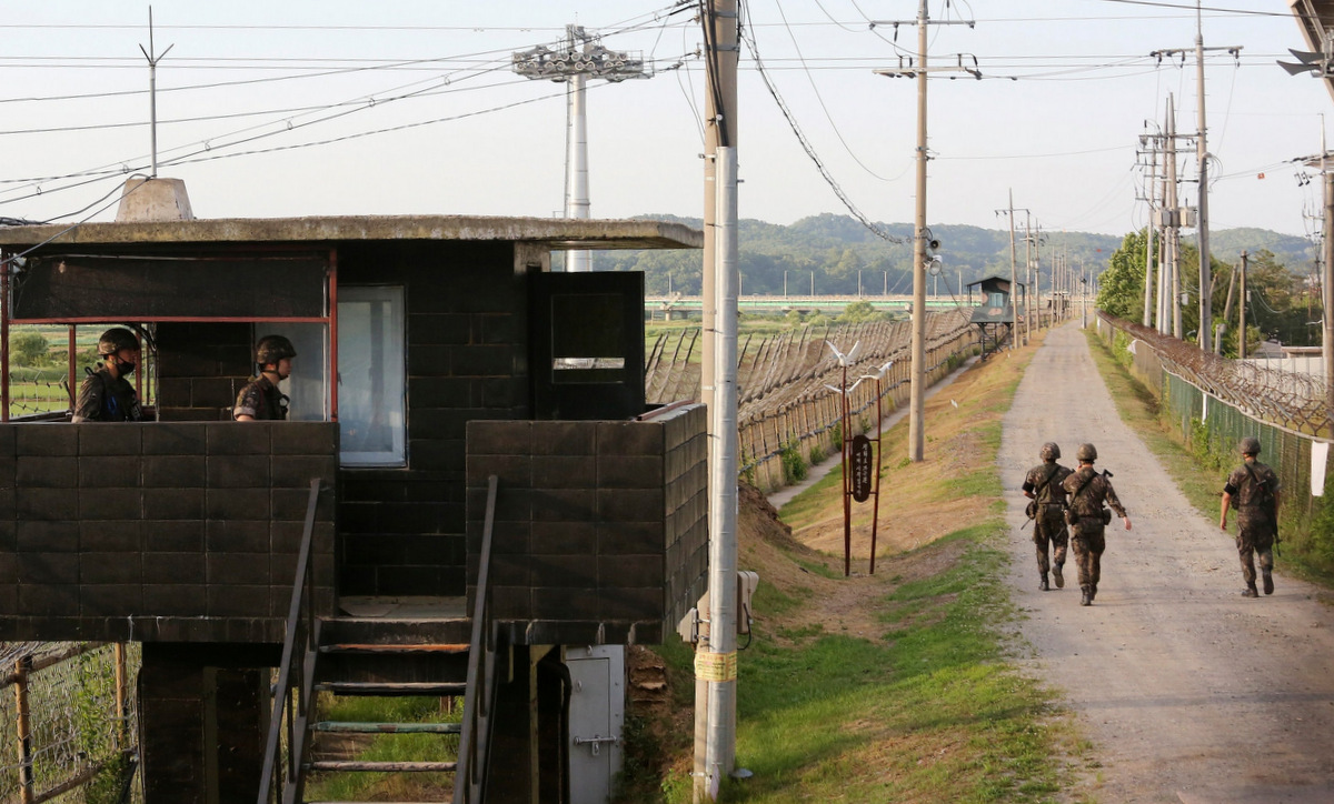Binh sĩ Hàn Quốc tuần tra dọc khu DMZ hồi tháng 6/2020. Ảnh: AP.