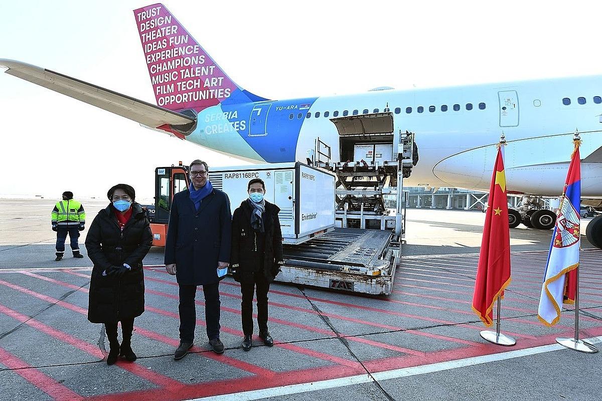 Tổng thống Serbia Aleksandar Vučić nhận bàn giao một triệu liều vaccine Trung Quốc tại Belgrade ngày 16/1. Ảnh: Zuma Press.