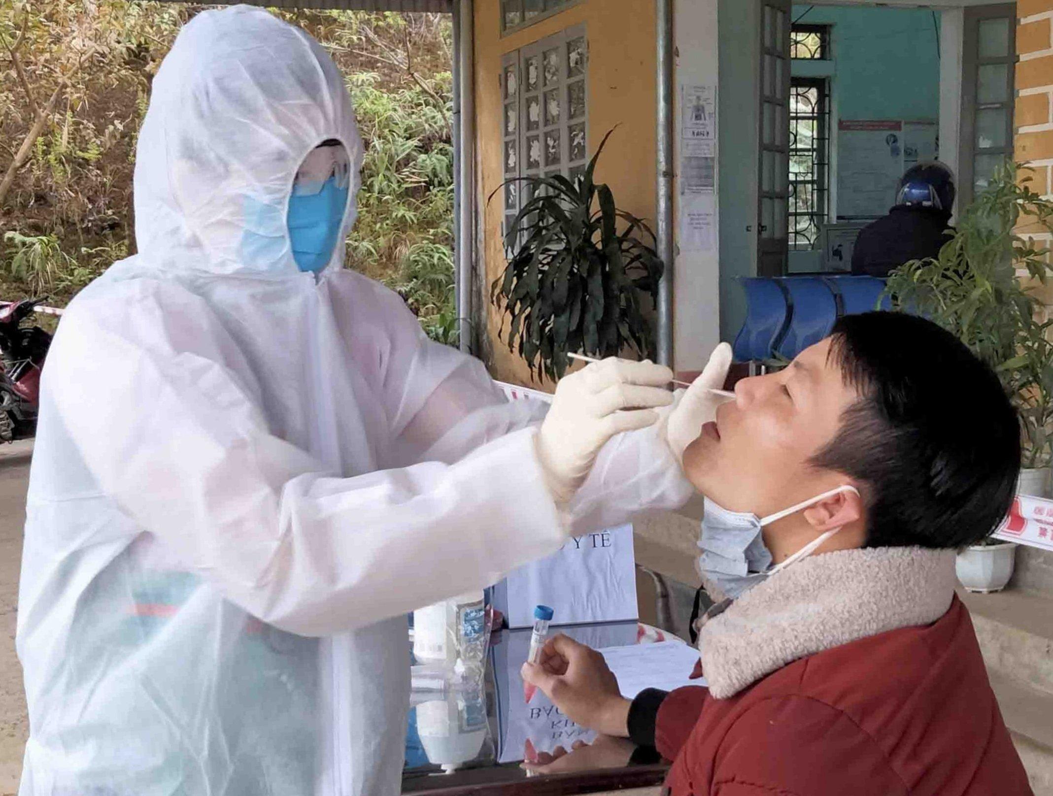 Trung tâm Y tế huyện Tân Uyên lấy mẫu người về từ Hải Dương. Ảnh: Báo Lai Châu.