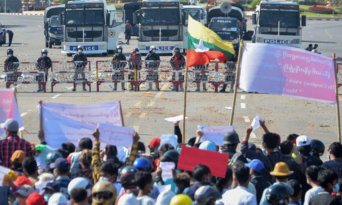 Người biểu tình đối đầu với cảnh sát ở thủ đô Naypyidaw, Myanmar hôm 9/2. Ảnh: AFP.