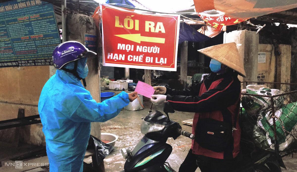 Người bán hàng đi chợ Phả Lại dùng phiếu màu hồng. Ảnh: Đài phát thanh phường Phả Lại