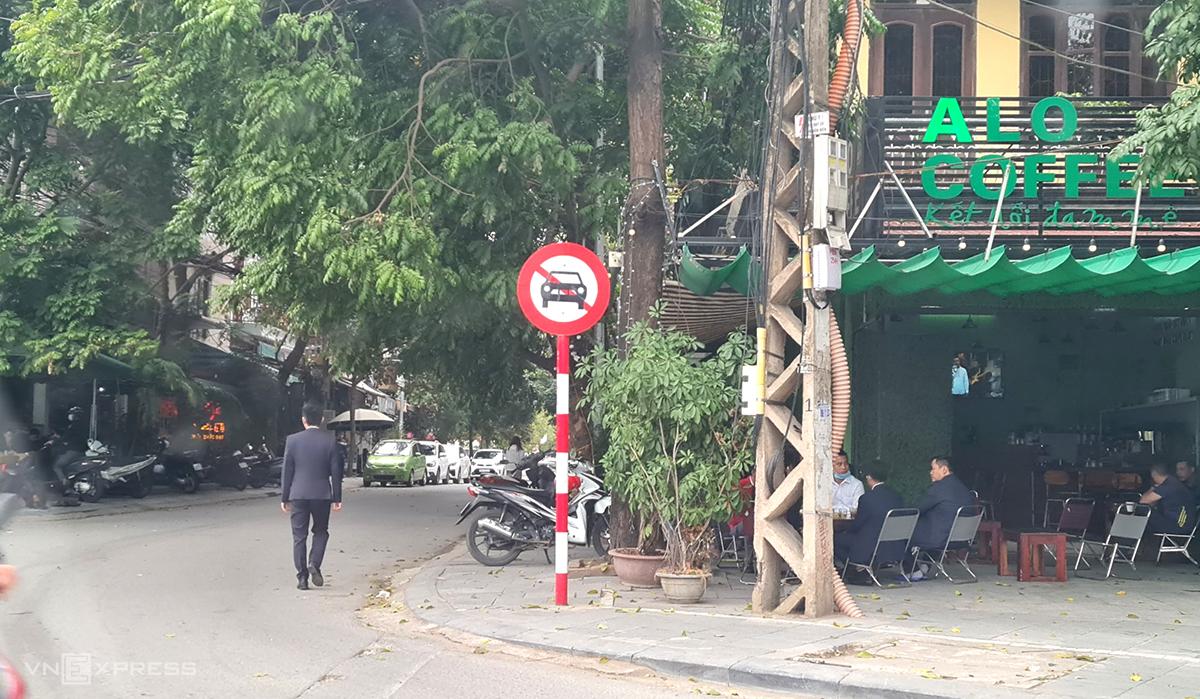 Nhiều quán cà phê trên đường Triệu Quốc Đạt, Xuân Diệu... vẫn dùng vỉa hè bán hàng sáng 17/2 dù đã có lệnh cấm. Ảnh: Lê Hoàng.