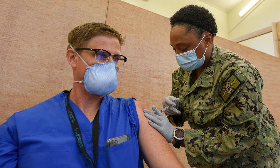 Quân nhân Mỹ tiêm vaccine Covid-19 tại Guam ngày 4/1. Ảnh: US Army.