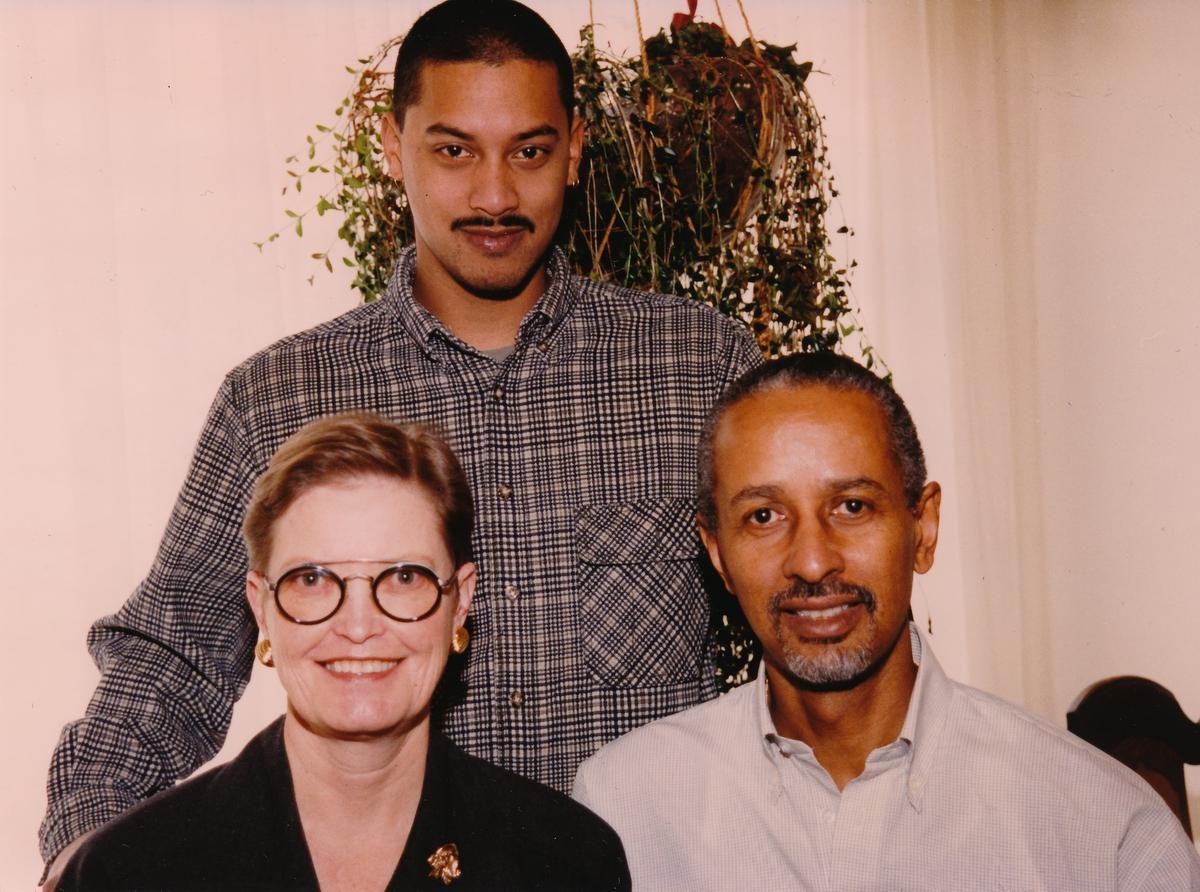 Caleb (đứng sau) cùng mẹ Bridget Harrison (trái) và bố Bill Harrison (phải). Ảnh: The Star.