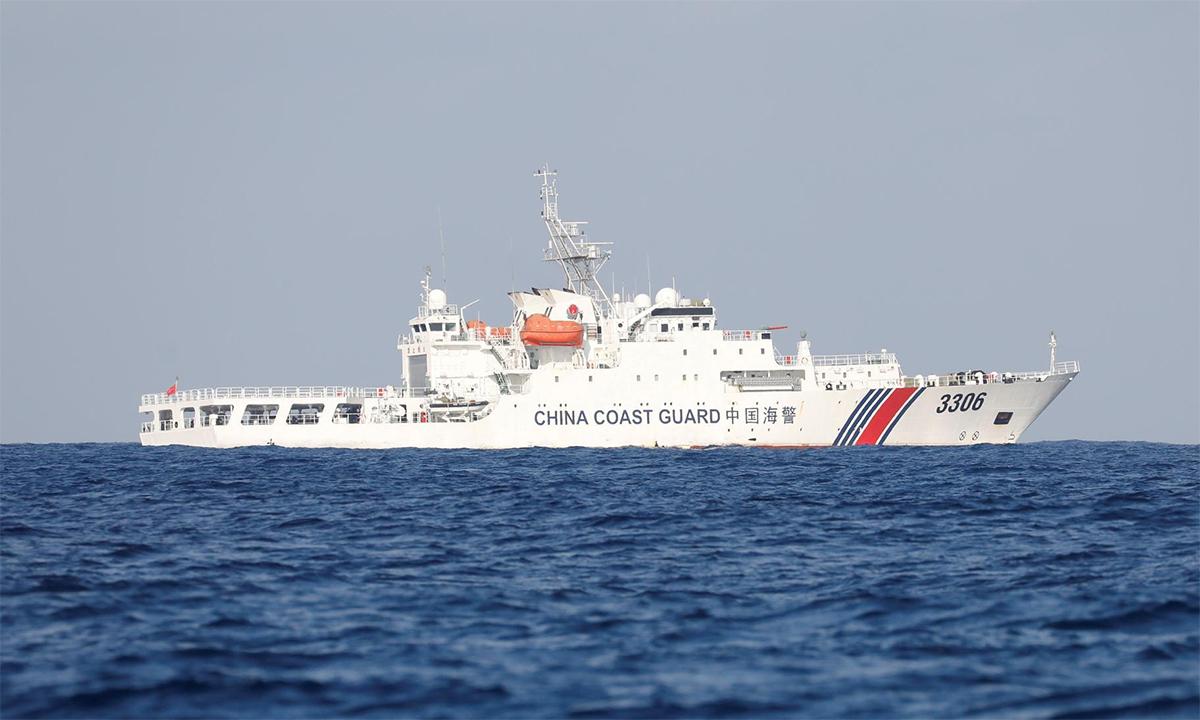 Tàu hải cảnh Trung Quốc hoạt động gần bãi cạn Scarborough tranh chấp với Philippines, tháng 4/2017. Ảnh: Reuters.