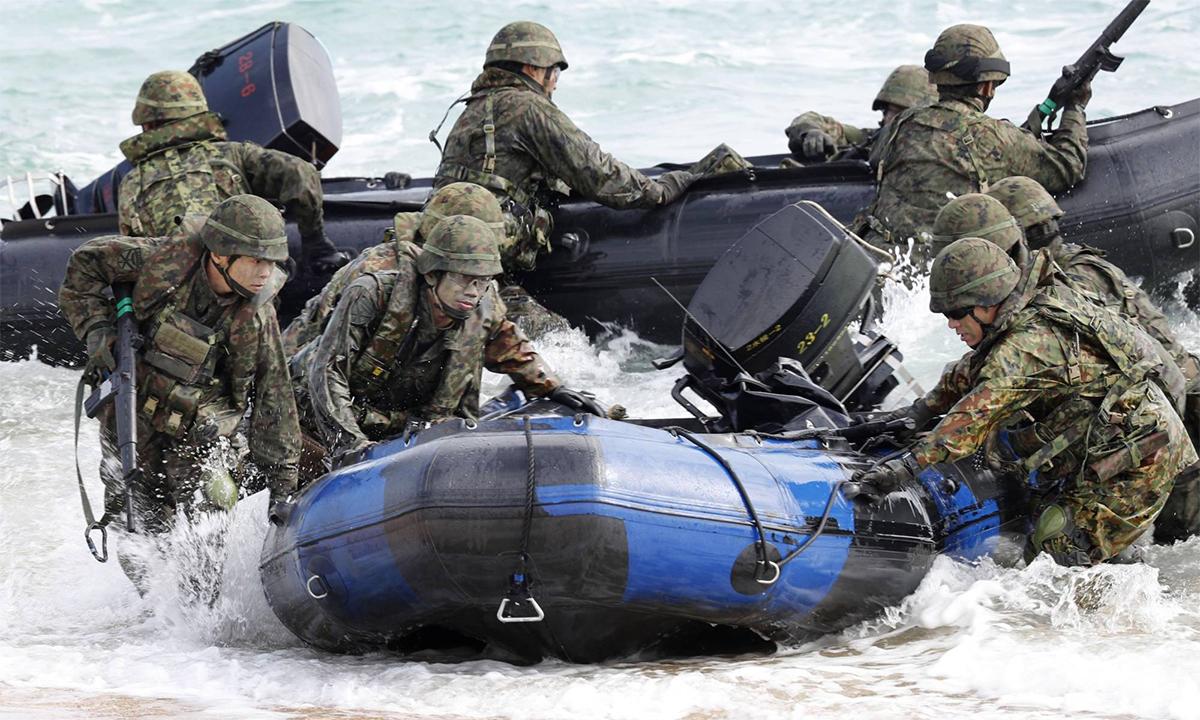 Binh sĩ Lực lượng Phòng vệ Nhật Bản diễn tập đổ bộ với thủy quân lục chiến Mỹ tại Kin, tỉnh Okinawa, tháng 2/2020. Ảnh: Kyodo.
