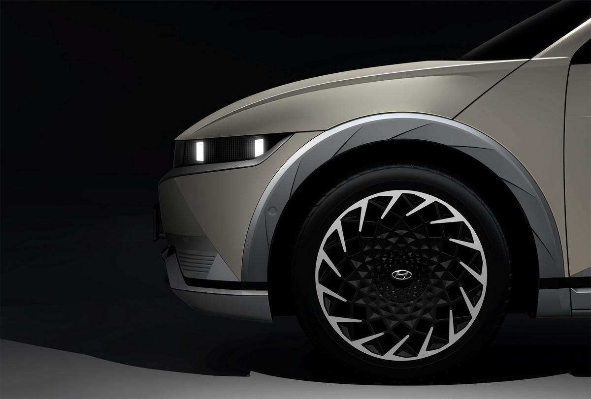 Ioniq 5 mới chỉ hé lộ một phần thiết kế, với nhiều đường nét cắt xẻ. Ảnh: Hyundai