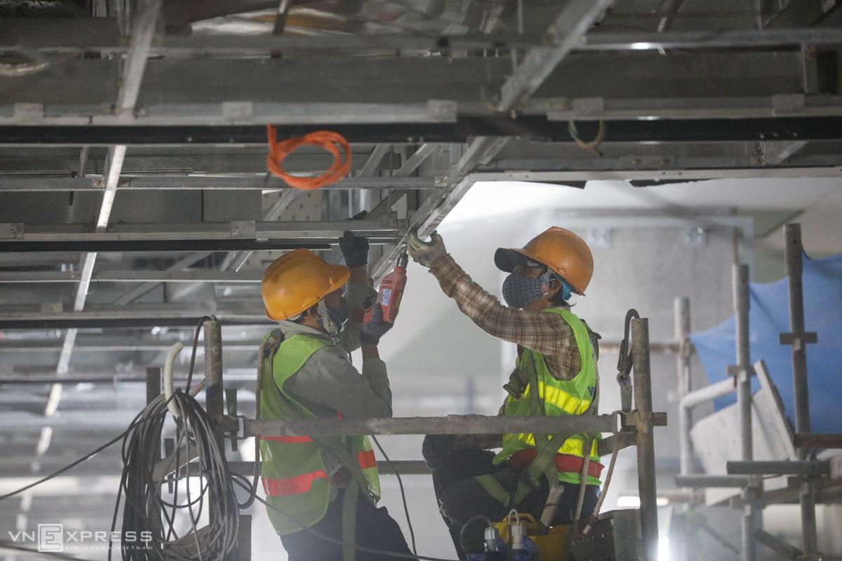 Công nhân thi công tại ga Ba Son dự án Metro Số 1 hồi tháng 1/2021. Ảnh: Hữu Khoa.