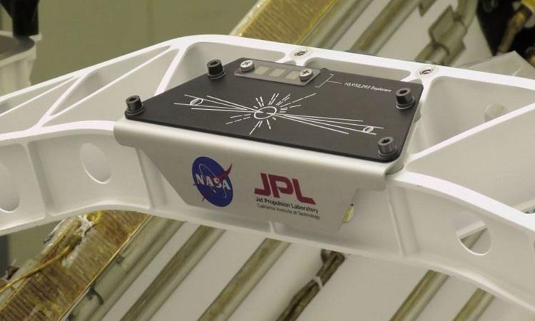 Tấm bảng kim loại chứa 3 con chip siêu nhỏ. Ảnh: NASA.