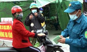 Chí Linh kiểm soát người đi chợ bằng thẻ