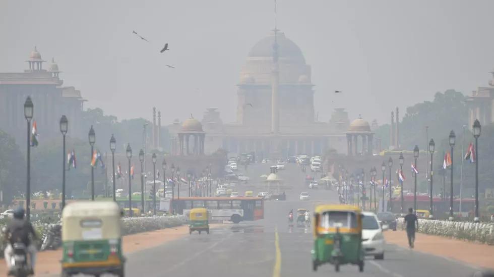 Thủ đô New Delhi của Ấn Độ chìm trong khói mù ô nhiễm năm 2020. Ảnh: AFP