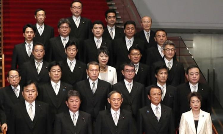 Các thành viên nội các của Thủ tướng Nhật Yoshihide Suga, chỉ gồm hai phụ nữ, khi ra mắt tháng 9/2020. Ảnh: AP.