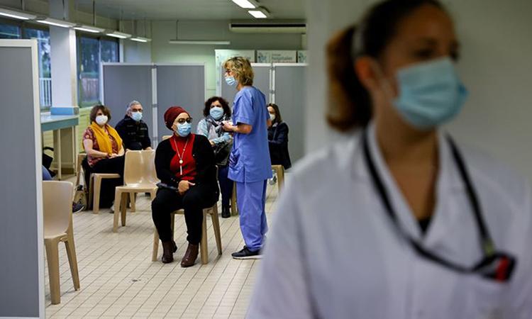 Một trung tâm tiêm chủng vaccine Covid-19 ở Melun, Pháp hôm 8/2. Ảnh: Reuters.