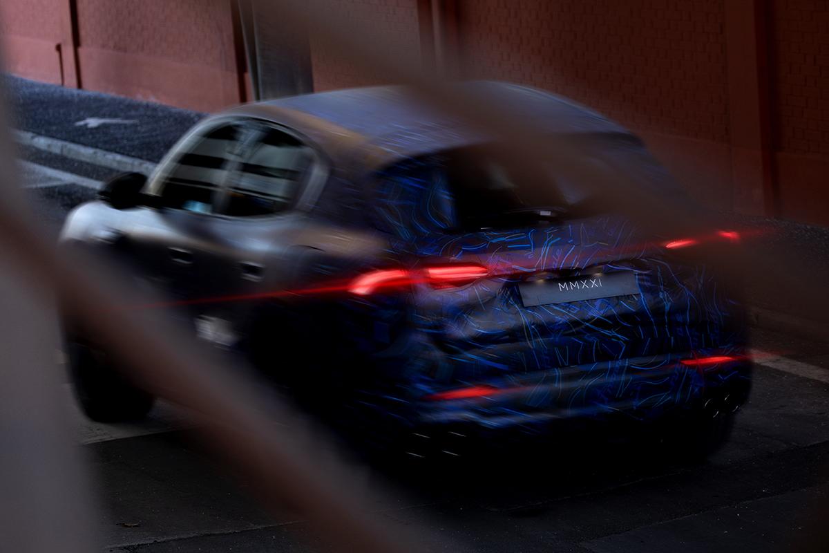 Mẫu xe được bắt gặp chạy thử gần nhà máy. Ảnh: Maserati