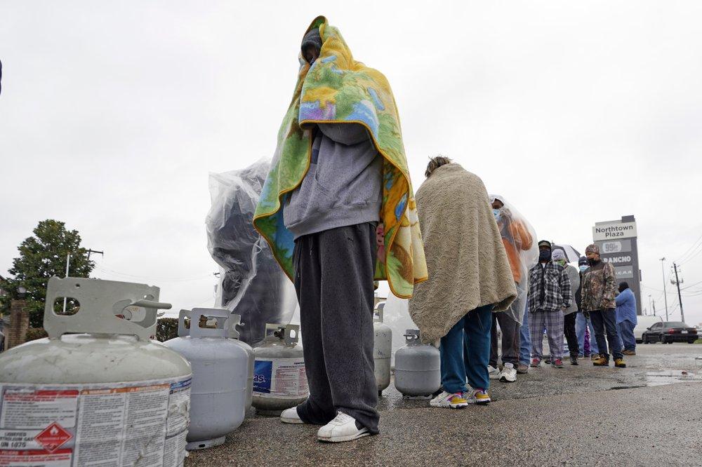 Người dân xếp hàng chờ mua LPG sau khi thời tiết giá lạnh gây mất điện ở Texas ngày 17/2. Ảnh: AP.