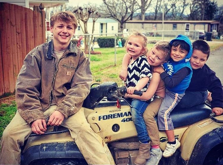 Drummond bên chiếc ATV cùng một số cô cậu nhóc. Ảnh: Colton Drummond