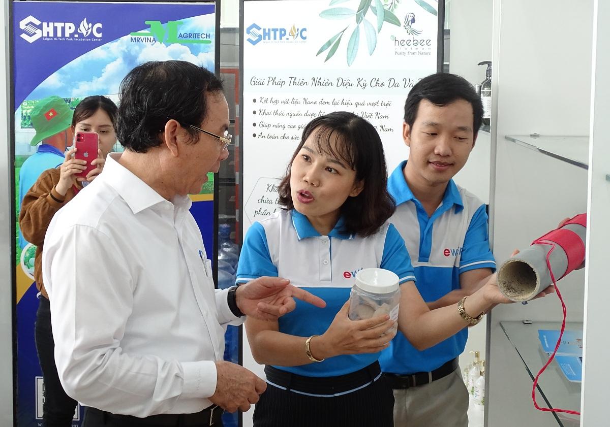 Đại diện doanh nghiệp đang ươm tạo tại SHTP-IC giới thiệu sản phẩm công nghệ cho Bí thư Thành ủy TP HCM Nguyễn Văn Nên, hồi tháng 11/2020. Ảnh: Hà An.