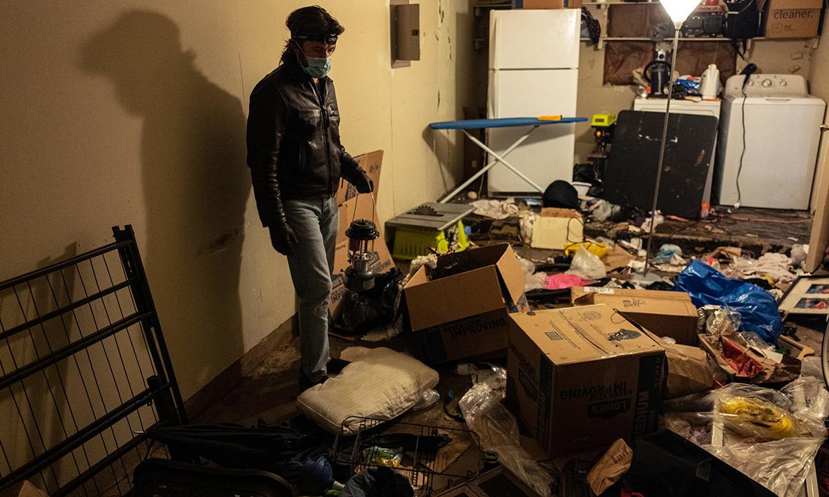 Một cư dân dọn dẹp nhà sau khi ống nước bị vỡ ở thành phố Austin, Texas hôm 18/2. Ảnh: NYTimes.