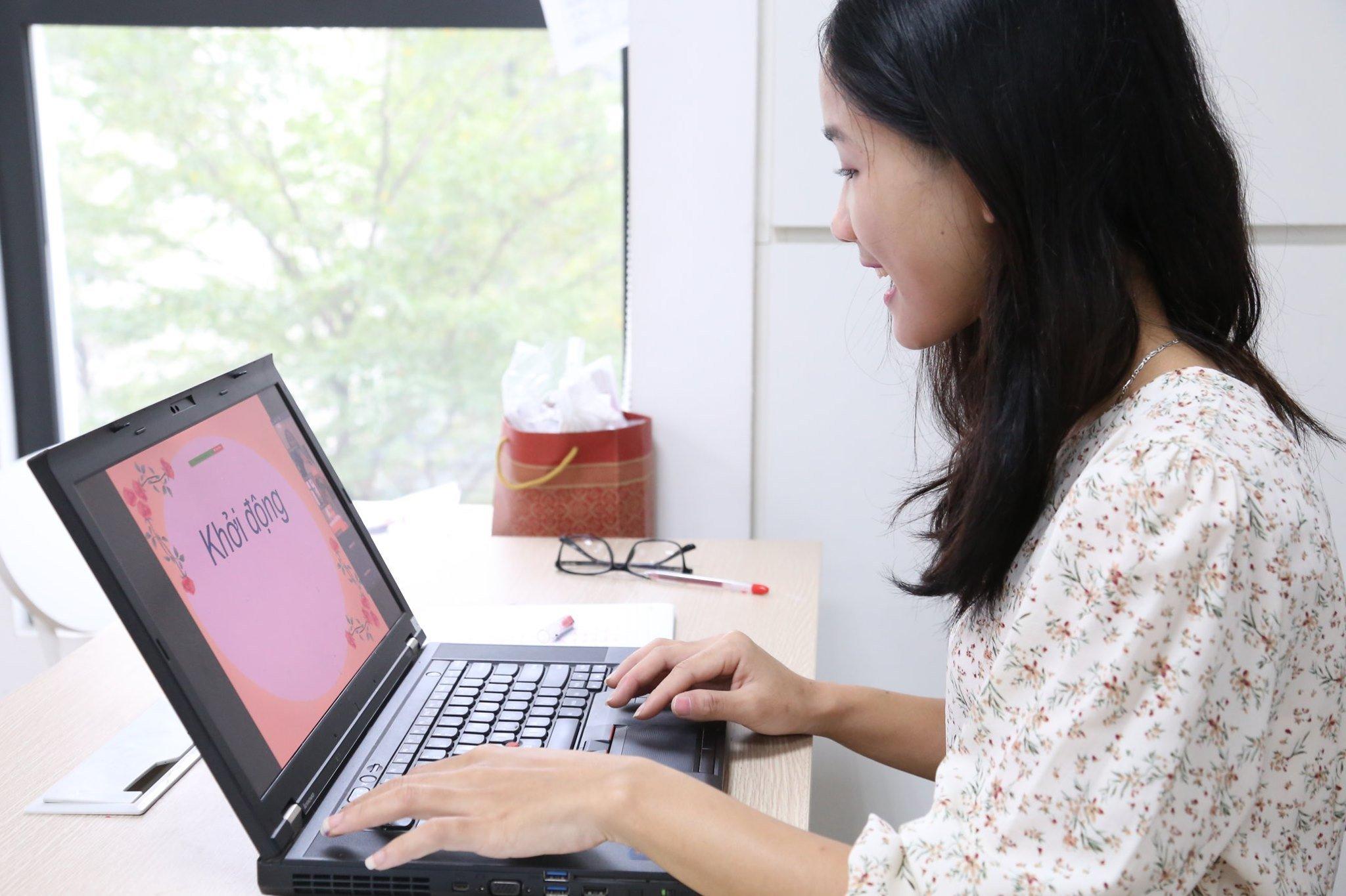 Giáo viên trường Vietschool Pandora dạy học trực tuyến hôm 2/2. Ảnh: Nhà trường cung cấp