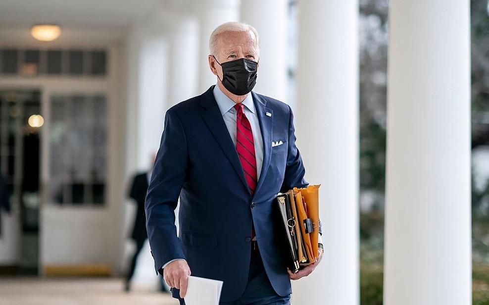 Biden cầm tài liệu đi lại ở Nhà Trắng hồi đầu tháng. Ảnh: Nhà Trắng.