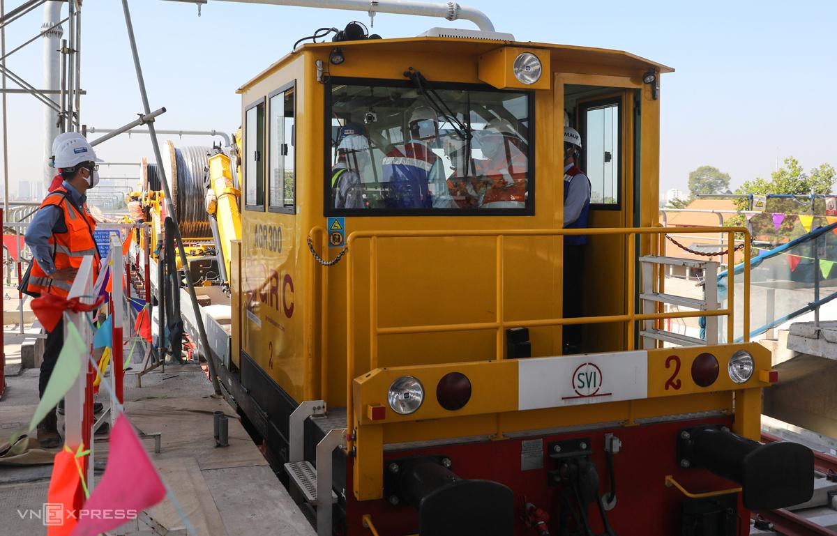 Lãnh đạo TP HCM và MAUR trên đầu máy kéo cáp điện, bấm hồi còi khởi động việc thi công sáng 19/2. Ảnh: Quỳnh Trần.