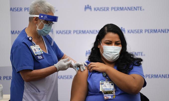 Một nhân viên y tế được tiêm vaccine Covid-19 tại trung tâm y tế Kaiser Permanente ở Los Angeles, bang California, Mỹ, hồi tháng 12/2020. Ảnh: AP.