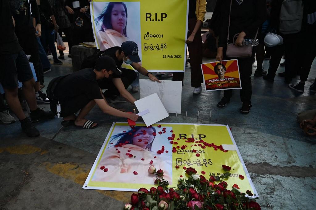 Người biểu tình tưởng niệm Mya Thwate Thwate Khaing trên đường phố Yangon hôm 20/2. Ảnh: AFP