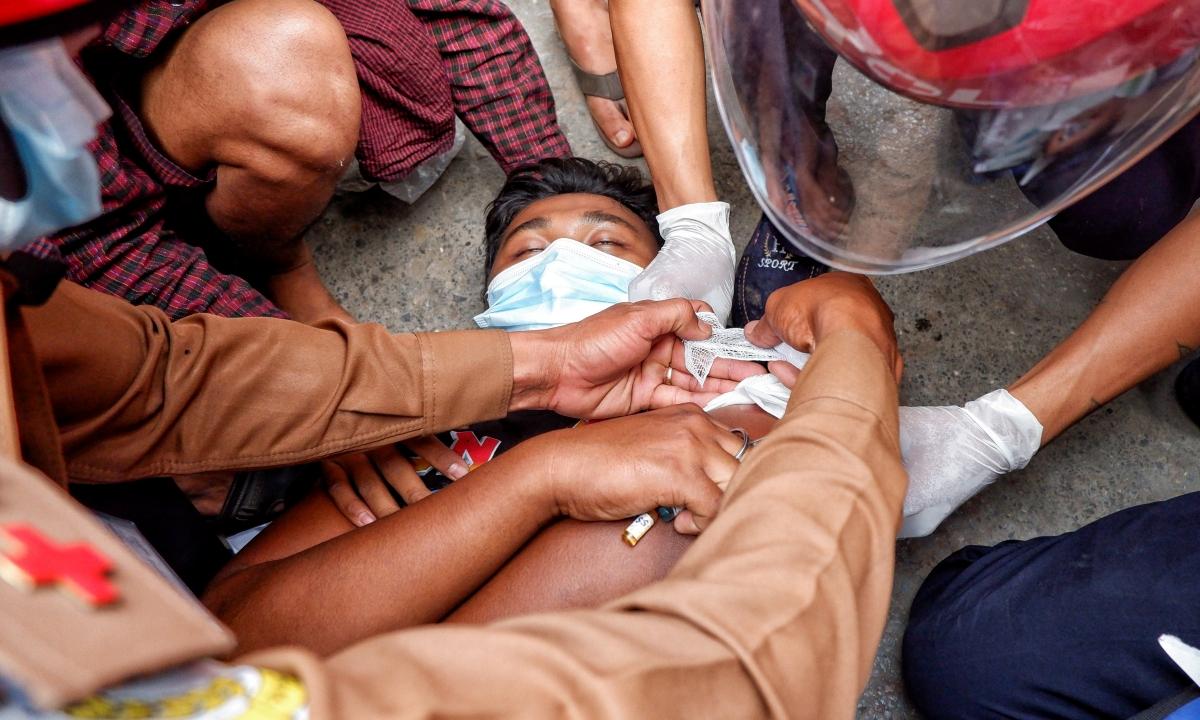 Một người bị thương sau khi cảnh sát bắn đạn cao su vào người biểu tình ở Mandalay ngày 20/2. Ảnh: Reuters.