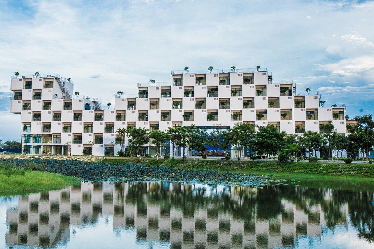 Trường Đại học FPT tại Hòa Lạc, huyện Thạch Thất, nằm cách xa khu dân cư. Ảnh: FPT