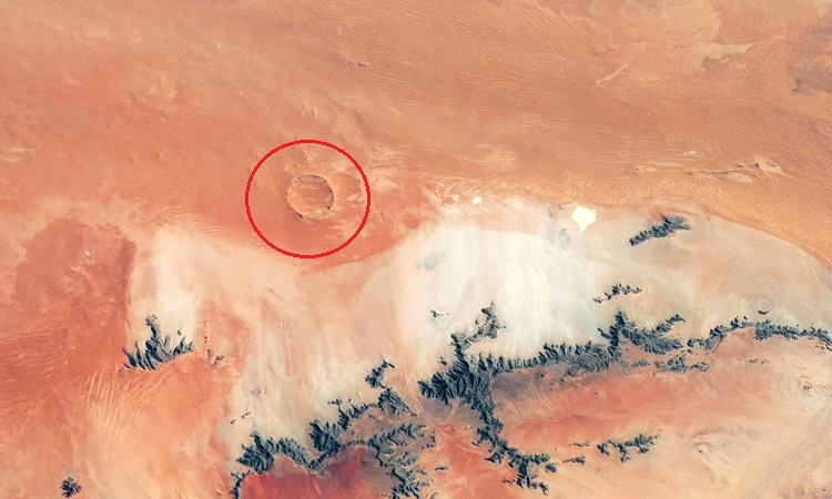 Hố thiên thạch Roter Kamm sâu 130 m trên sa mạc Namib. Ảnh: NASA Earth Observatory.